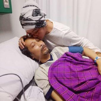 Musikus Dian Pramana Putra dirawat di RS Hermina Jatinegara, Jakarta Timur, setelah didiagnosa mengidap kanker darah stadium empat.