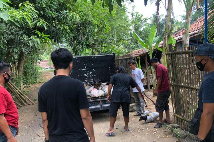 Mobil Daihatsu Grandmax memuat 78 anjing terjaring di Pos Penyekatan Temon, Kapanewon Temon, Kabupaten Kulon Progo, Daerah Istimewa Yogyakarta. Anjing-anjing itu dimasukkan dalam karung, diletakkan dalam bak mobil bikinan, dan beberapa digantung di bak itu.