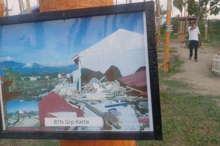Foto dari dampak bencana gempa bumi 2018 silam yang dipajang pada batang-batang pohon jati yang telah mengering di Taman Likuefaksi desa Lolu, Sigi. Minggu (25/10/2020)