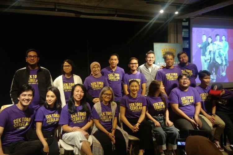 Seluruh tim produksi dan pemain Cek Toko Sebelah The Series 2 dalam jumpa pers di kawasan Wijaya, Jakarta Selatan, Kamis (12/12/2019).