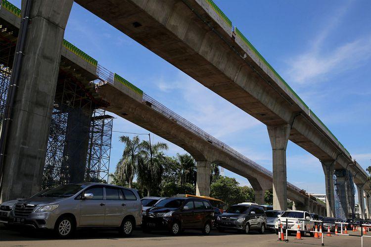 Proyek pembangunan jalan layang khusus bus transjakarta Koridor XIII Kapten Tendean - Blok M - Ciledug masih dalam tahap proses pemasangan Boks Girder dan ekspantion Join serta beberapa pembangunan Jembatan Penyeberangan Orang (JPO) Parapet serta Shelter Bus Transjakarta di Jalan Trunojoyo, Jakarta Selatan, Rabu (16/11/2016). Proyek jalan layang sepanjang 9,4 kilometer tersebut merupakan salah satu upaya mengintegrasikan transportasi umum antarwilayah di DKI Jakarta dan sekitarnya. Proyek dijadwalkan selesai pada akhir 2016.