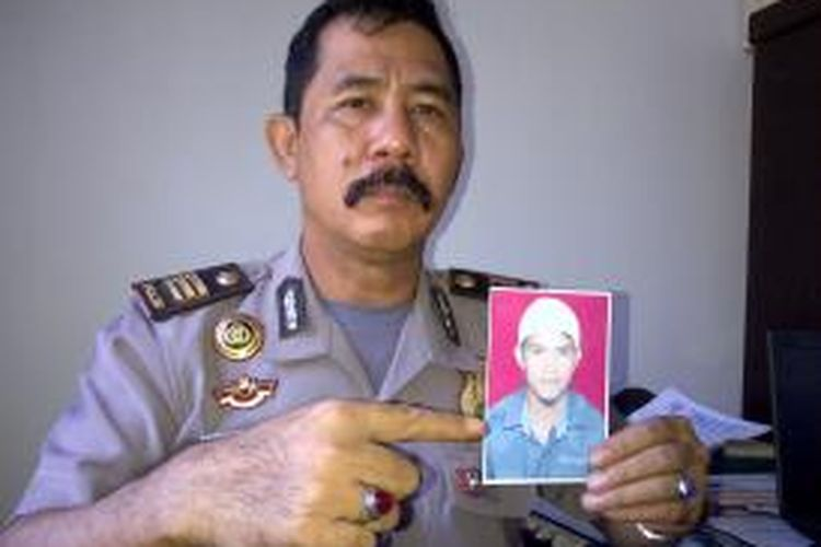 Kabag Humas Polres Kolaka, AKP Nazaruddin yang menunjukkan foto tersangka.