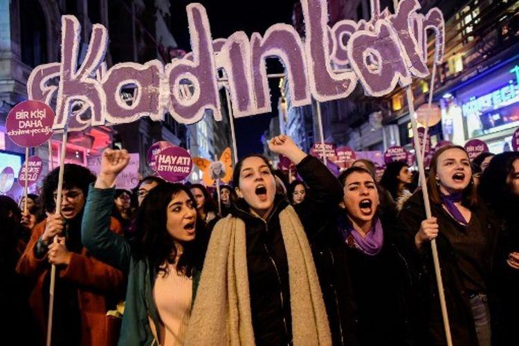 Perempuan mengambil bagian dalam aksi demonstrasi pada Hari Anti-Kekerasan Perempan Sedunia, pada Sabtu (25/11/2017), di Istanbul, Turki. (AFP/Yasin Akgul)