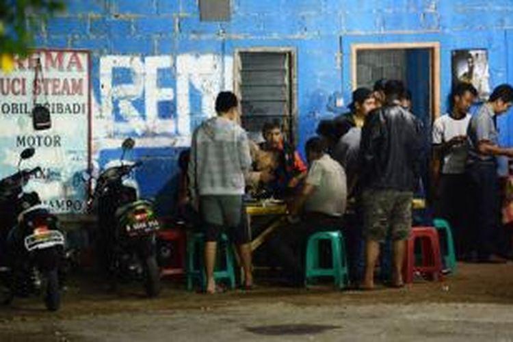 Aparat kepolisian melakukan olah tempat kejadian perkara (TKP) penembakan Briptu Ruslan, anggota Sabhara Badan Pemelihara Keamanan Polri yang ditembak oleh sekelompok orang tak dikenal di tempat cuci kendaraan Arema Car Wash, di Jalan Raya Pekapuran, Tapos, Kota Depok, Jawa Barat, Jumat (13/9/2013).