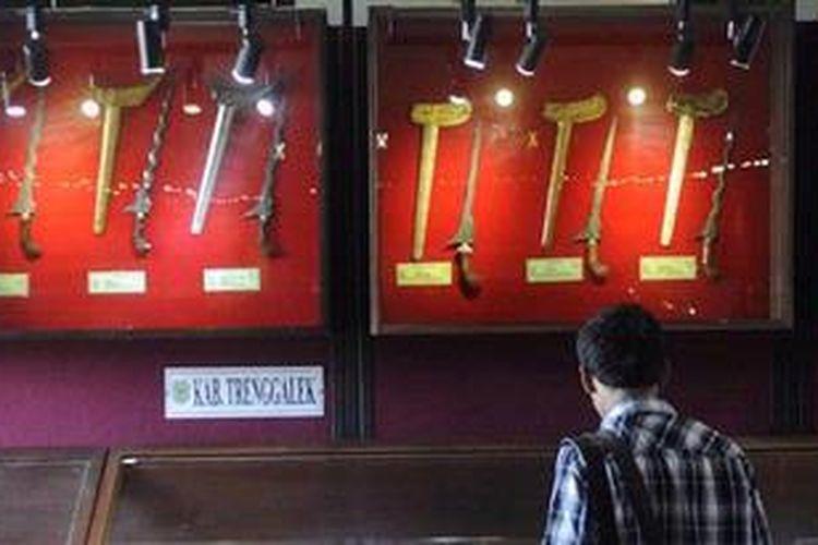 Pengunjung melihat Pameran Keris Nasional 2012 di Museum Mpu Tantular, Sidoarjo, Jawa Timur, Rabu (21/11/2012). Sebanyak 600 keris dipamerkan dalam pameran yang berlangsung dari tanggal 20 hingga 23  November. Pameran ini untuk melestarikan keris sebagai warisan dunia.