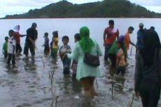 Peringati Hari Bumi, Ratusan Anak-anak Belajar Tanam Mangrove