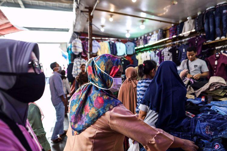Warga saat berbelanja di tengah pembatasan sosial berskala besar (PSBB) di Pasar Tanah Abang, Jakarta Pusat, Senin (18/5/2020). Pedagang kembali meramaikan pasar Tanah Abang, saat Pemerintah Provinsi DKI Jakarta kembali memperpanjang penutupan sementara Pasar Tanah Abang hingga 22 Mei 2020 untuk mengurangi kerumunan orang di ruang publik guna mencegah penyebaran COVID-19.