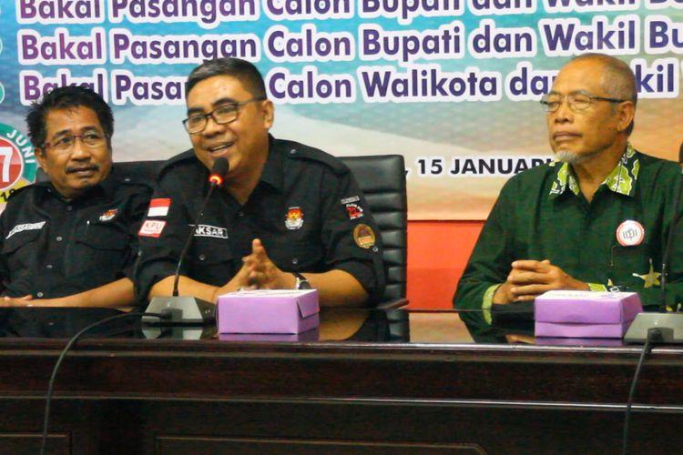 Ketua KPU NTB Aksar Ansari (tengah) memberi penjelasan  terkait  tes kesehatan  paslon.