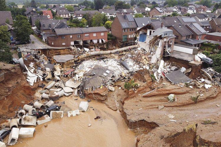Hujan deras menyebabkan tanah longsor dan banjir di bagian barat Jerman, puing-puing rumah yang runtuh terlihat di distrik Blessem, Erftstadt, Jerman, Jumat, 16 Juli 2021.