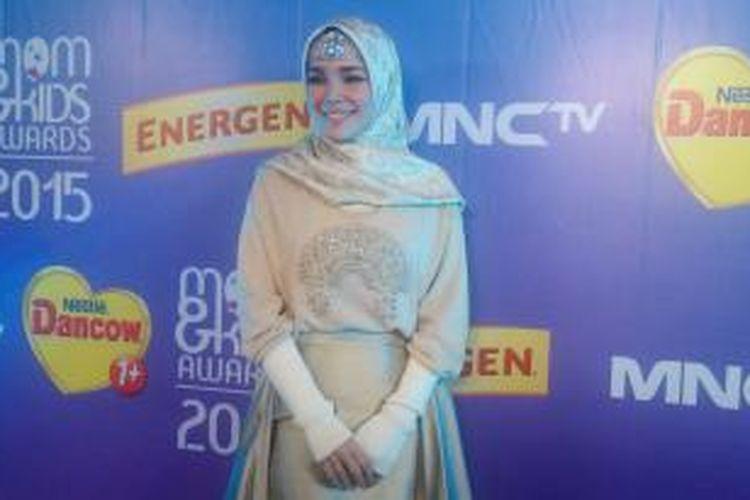 Dewi Sandra usai menghadiri Mom & Kids Awards 2015 di studio MNCTV, TMII, Jakarta Timur, Selasa (22/12/2015) malam.