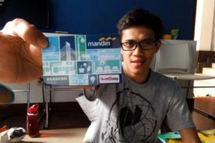 Salah seorang warga saat menunjukan Bandung Smart Card. Kartu tersebut diluncurkan sebagai upaya Pemkot Bandung mengurangi aktivitas transaksi tunai di masyarakat.