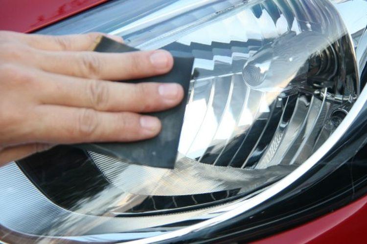 Mengamplas lapisan mika lampu mobil yang sudah buram.