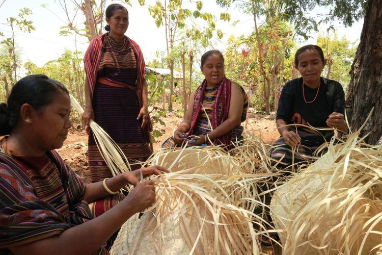 Proses produksi kerajinan anyaman lontar, di Rumah Anyam DuAnyam Wulublolong, Flores TImur, NTT, Jumat (12/10/2018).