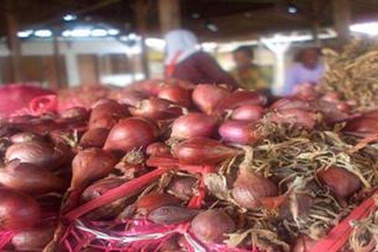 Para pedagang di sentra bawang merah Losari, Cirebon, Jawa Barat, sedang menanti pembeli, Minggu (17/3/2013).
