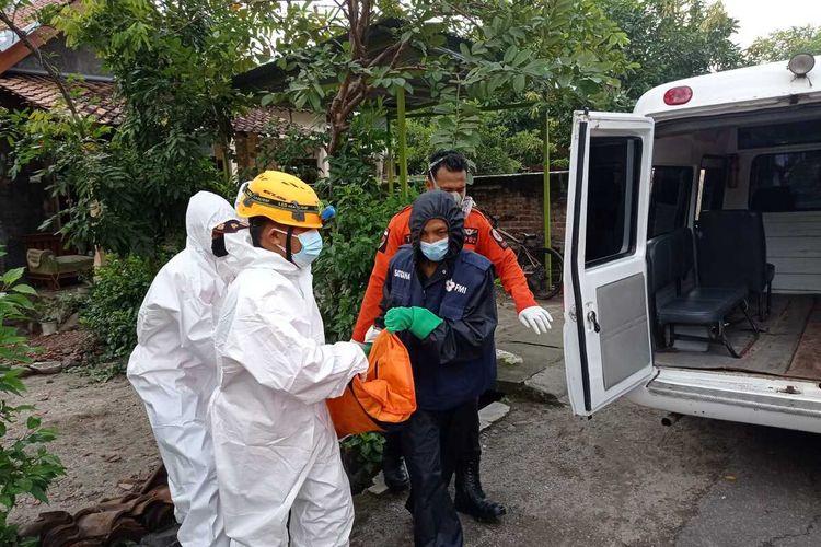 EVAKUASI—Petugas mengevakuasi jenazah Boyadi yang ditemukan meninggal dalam posisi terduduk di kamar mandi rumah kakaknya di Kelurahan Ronowijayan, Kecamatan Siman, Kabupaten Ponorogo, Jawa Timur, Rabu (23/6/2021).