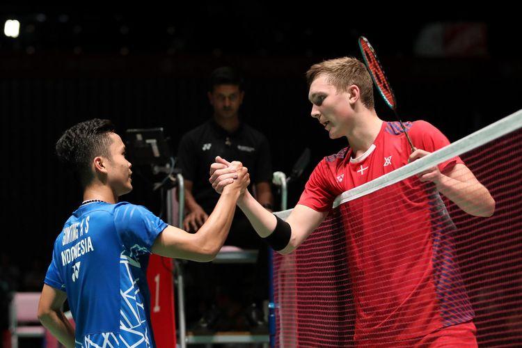 Anthony Sinisuka Ginting dan Viktor Axelsen (Denmark) usai berlaga di Japan Open 2018.