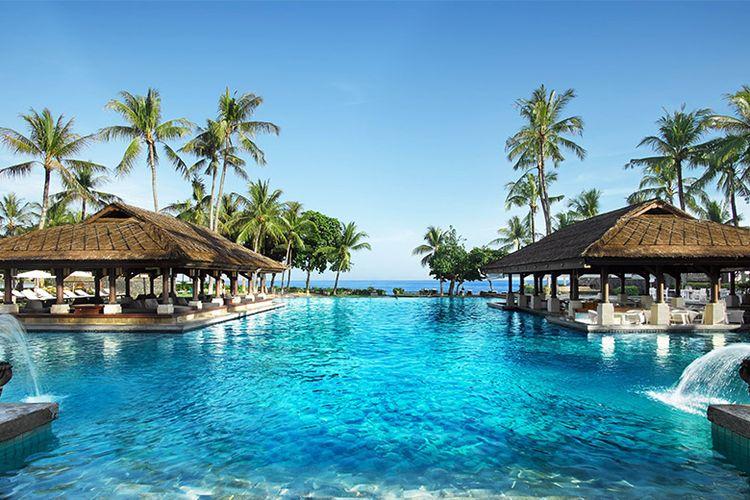 Pemandangan kolam renang utama InterContinental Bali Resort