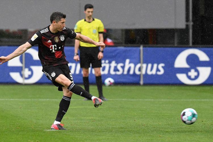 Penyerang Bayern Muenchen, Robert Lewandowski, mencetak gol ke-40 di Bundesliga sepanjang musim ini pada laga kontra Freiburg, Sabtu (15/5/2021). Lewandowski menyamakan rekor legenda Bayern Gerd Mueller.