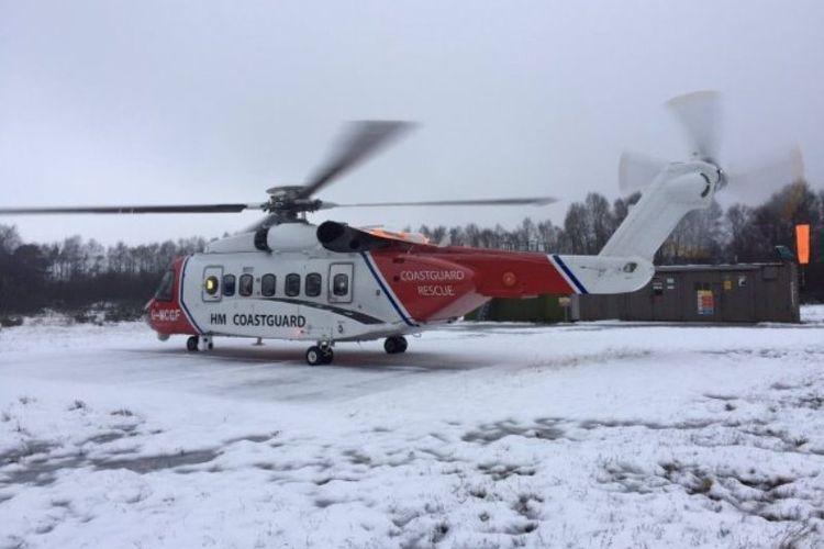 Helikopter penyelamat HM Coastguard yang berhasil menemukan kedua pendaki yang terjebak di badai salju di pegunungan Inggris.
