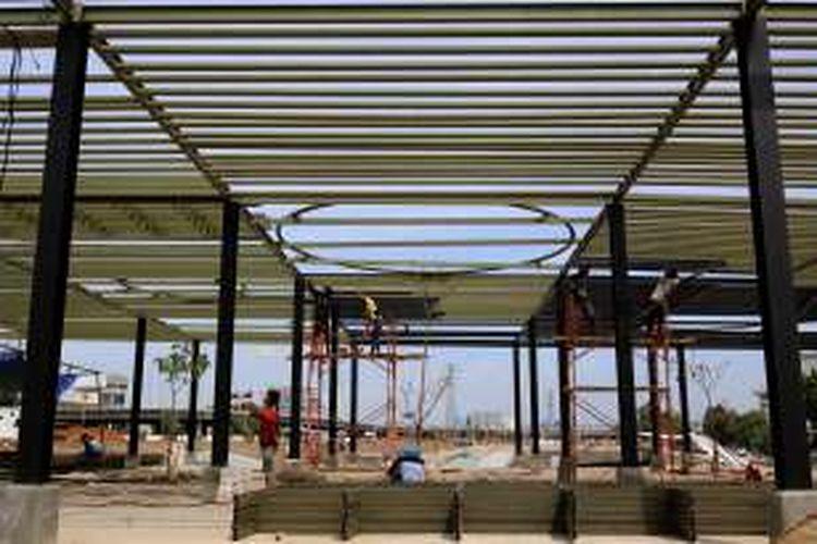 Pekerja menyelesaikan pembangunan area plasa yang merupakan bagian dari Ruang Publik Terpadu Ramah Anak (RPTRA) dan Ruang Terbuka Hijau (RTH) di Kalijodo, Jakarta Barat, Senin (31/10/2016). Pembangunan taman ini ditargetkan akan selesai akhir tahun 2017.
