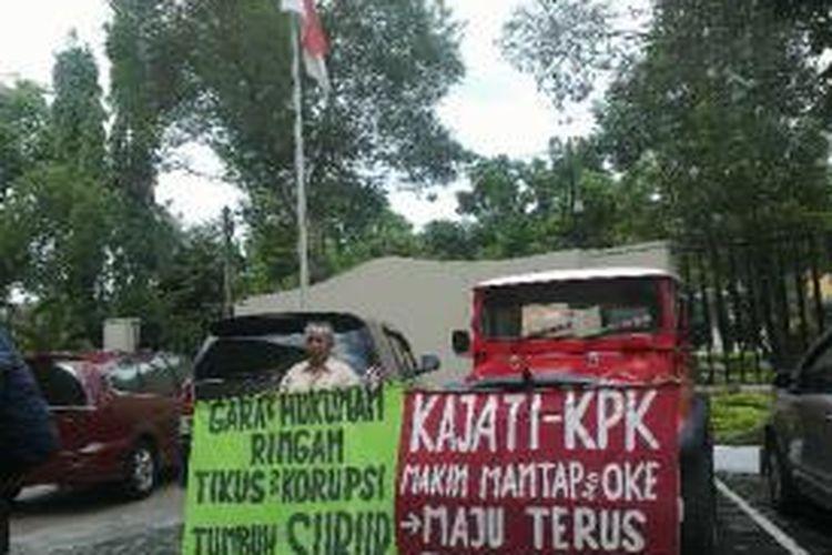 Ngadiyono seorang pensiunan Satpol PP bantul saat mengelar aksi demo di depan kantor Kejati DIY.