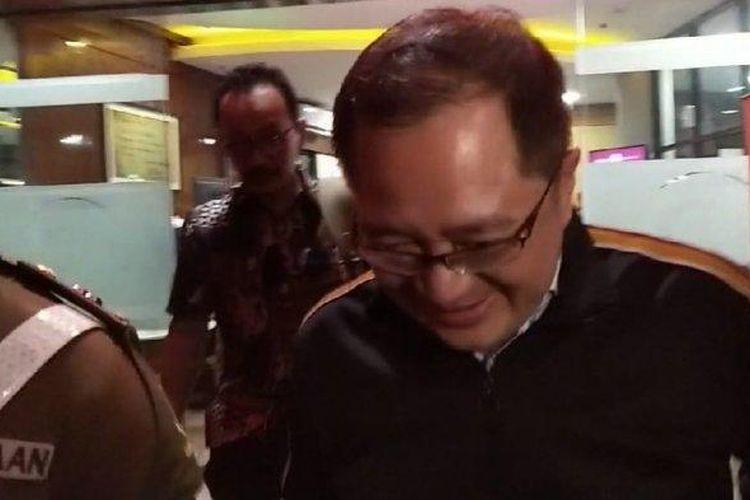 Direktur Utama PT Rimo International Lestari Tbk, Teddy Tjokrosaputro atau Teddy Tjokro, tertunduk usai pemeriksaannya sebagai saksi dalam kasus dugaan korupsi di PT Asuransi Jiwasraya (Persero) di Gedung Bundar Kejaksaan Agung RI, Jakarta, Kamis (23/1/2020).