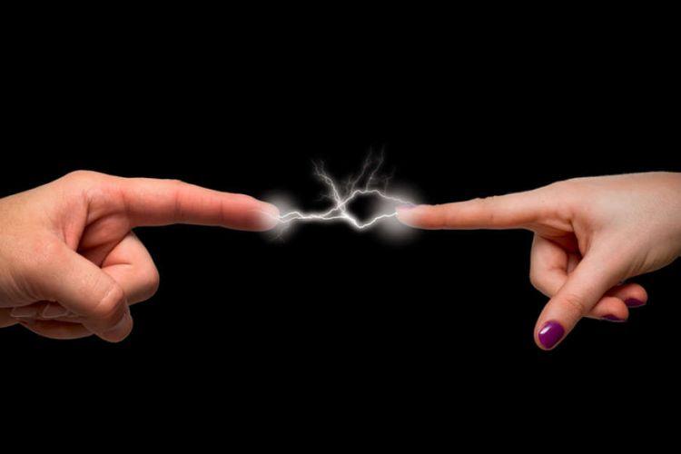 ilustrasi sengatan listrik statis
