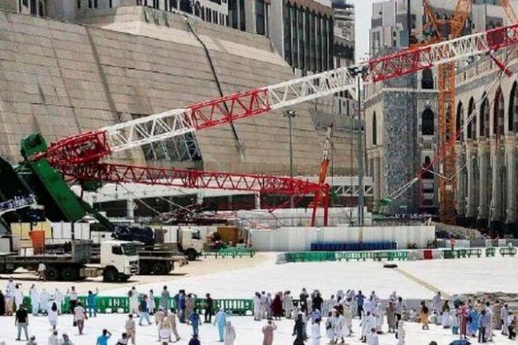 Warga Arab Saudi dan jemaah haji, Sabtu (12/9/2014), mengamati crane atau mesin derek yang ambruk sehari sebelumnya dan menimpa area Masjidil Haram di Mekkah, Arab Saudi. Tak kurang dari 107 anggota jemaah haji dari sejumlah negara, termasuk dua warga negara Indonesia, tewas dalam insiden tersebut.