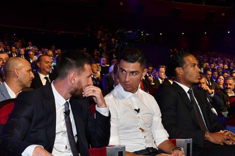 Megabintang Juventus, Cristiano Ronaldo (kemeja putih) berbincang dengan megabintang Barcelona, Lionel Messi (paling kiri) saat sama-sama menghadiri malam penghargaan UEFA Mens Player of The Year 2019, di Monako, Kamis (29/8/2019) atau Jumat dini hari WIB.