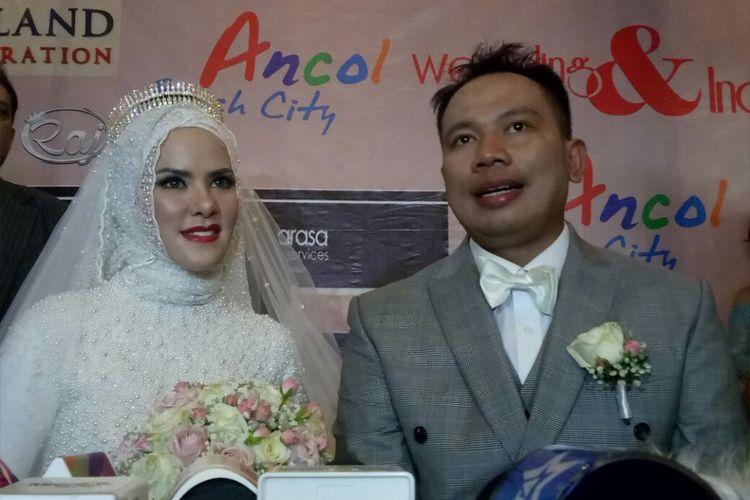 Vicky Prasetyo dan Angel Lelga  saat ditemui dalam resepsi pernikahan mereka di Ancol Beach City, Jakarta Utara, Sabtu (10/2/2018).