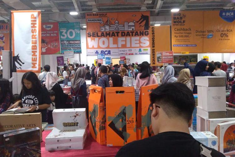 Suasana bazar buku Big Bad Wolf di Kota Baru Parahyangan, Bandung Barat.