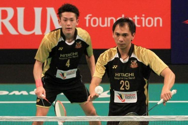 Pemain ganda putra Hitachi Jepang, Flandy Limpele (kanan)/Tomoki Mitsuhashi, melakukan servis saat menghadapi Tawan Huansuria/Takdanai Boonrawd dari tim Granular Thailand, pada babak penyisihan Djarum Superliga Badminton 2015 di Denpasar, Bali, Minggu (25/1/2015).