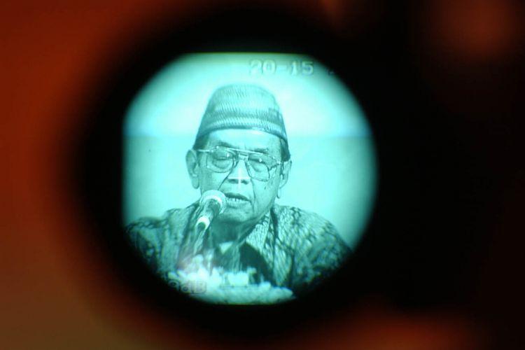 Ketua Dewan Syuro Partai Kebangkitan Bangsa (PKB) Abdurrahman Wahid (Gus Dur) memberikan pengarahan dalam Musyawarah Kerja Nasional PKB di Hotel Hilton, Jakarta, Minggu (25/4/2004). Gus Dur mengatakan, dirinya tidak akan ikut dalam pemilihan presiden dan tidak akan ikut mendukung capres lain bila Mahkamah Agung tidak mengeluarkan fatwa sehubungan dengan permohonan PKB agar MA mencabut SK KPU tentang uji kesehatan capres yang dinilai diskriminatif.