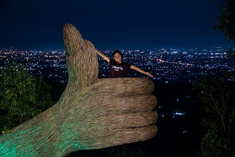 Spot Foto Jempol di Pinus Pengger, Yogyakarta.