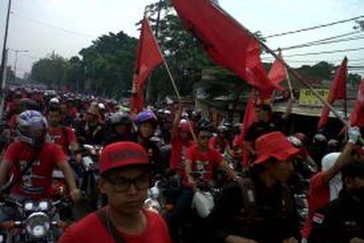Ribuan buruh di Jakarta Timur dan Bekasi  memadati Jalan Raya Bekasi-Cakung menuju titik aksi, yakni bundaran Kawasan Industri Pulogadung, Jakarta, Kamis (31/10/2013).