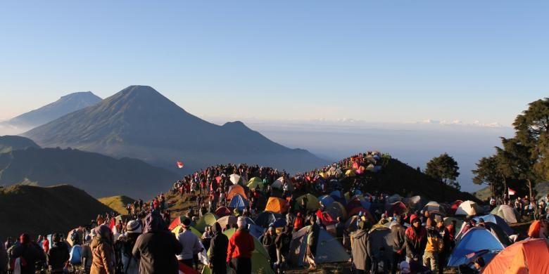Ribuan pendaki memadati Puncak Gunung Prau, di dataran tinggi Dieng, Kabupaten Wonosobo, Jawa Tengah