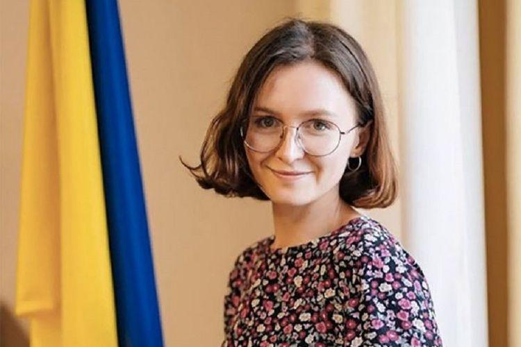 Angela Eremenko, seorabg pegawai sipil di kantor pemilu pusat Ukraina, yang dilaporkan harus mengundurkan diri setelah mengeluh soal mainan seks miliknya yang rusak.