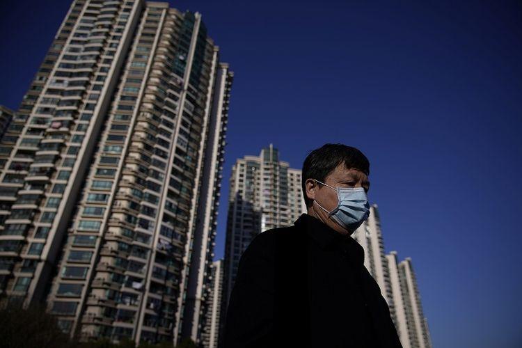 Pria memakai masker di sepanjang jalan di Shanghai, China. February 20, 2020. REUTERS/Aly Song