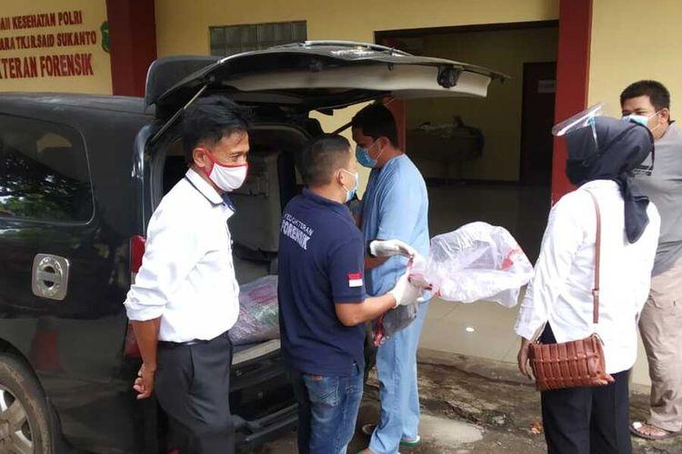 Polsek Cibinong bekerjasama dengan Sat Reskrim Polres Bogor melakukan penyelidikan terkait temuan sebuah kerangka manusia di Jalan Lingkar Lipi Kelurahan Cibinong pada Senin pagi (02/11/2020).