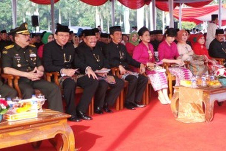 (dari kiri ke kanan) Wakil Gubernur DKI Jakarta Basuki Tjahaja Purnama, Ketua DPRD DKI Ferrial Sofyan, dan Gubernur DKI Jakarta Joko Widodo saat menghadiri apel HUT DKI Jakarta ke-486 tahun, di Monas, Jakarta, Sabtu (22/6/2013).
