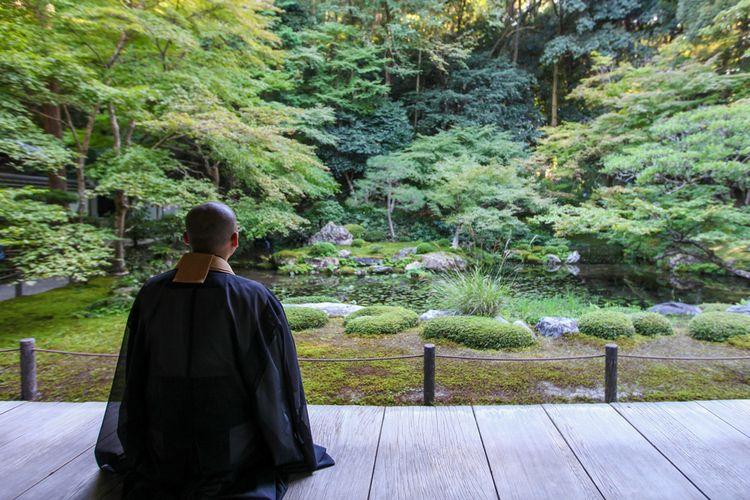 Ilustrasi biksu Jepang sedang bermeditasi.