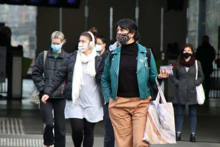 Warga kota Melbourne yang keluar rumah diwajibkan memakai masker mulai Kamis (23/7/2020), dengan denda 200 dollar Australia (Rp 2 juta) jika melanggarnya.