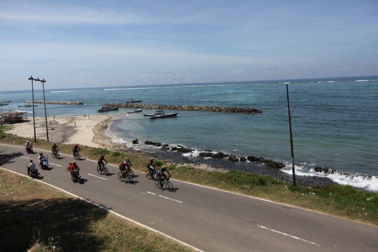 Para pesepeda ketika mengikuti Jelajah Sepeda Flores yang digelar Kompas.