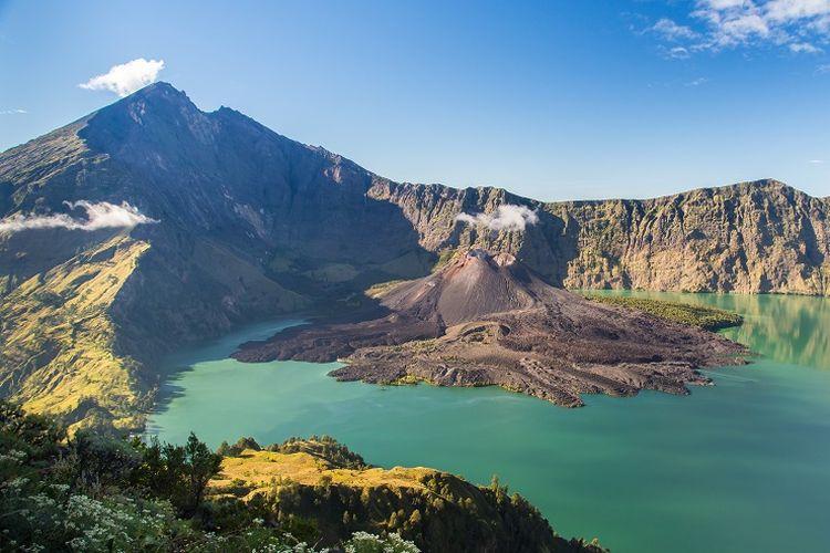 Ilustrasi gunung - Pemandangan kawah Gunung Rinjani (SHUTTERSTOCK/K_Boonnitrod).
