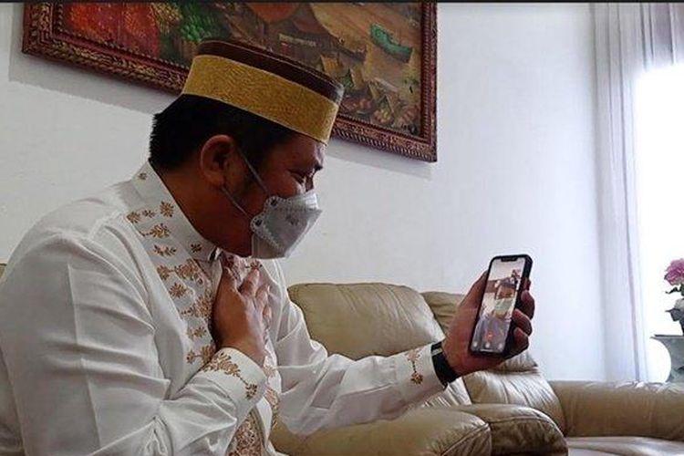 Gubernur Sumatera Selatan (Sumsel) Herman Deru melakukan video call bersama perawat RS Siloam Sriwijaya berinisial CRS (28) yang dilakukan oleh seorang keluarga pasien, Sabtu (17/4/2021) .(Tribun Sumsel/Shinta Dwi Anggrahini)
