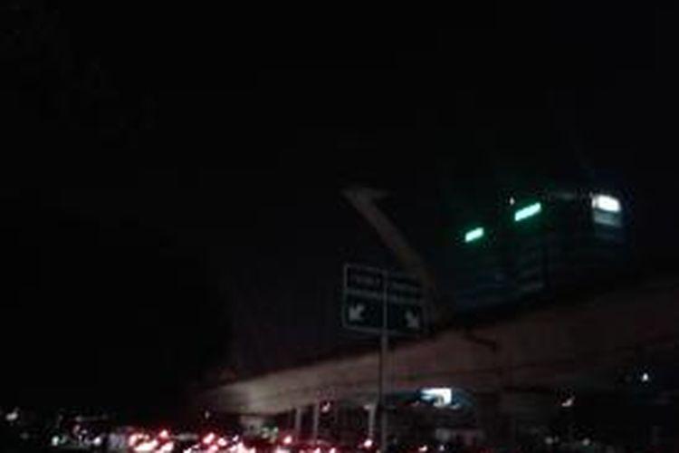 Lampu-lampu di Patung Dirgantara, Pancoran, Jakarta Selatan yang tidak menyala, Rabu (2/10/2013) malam. Tidak menyalanya lampu diduga akibat terbakarnya gardu listrik di Cililitan, Jakarta Timur, yang menyebabkan terputusnya aliran listrik di sebagian wilayah Jakarta Selatan