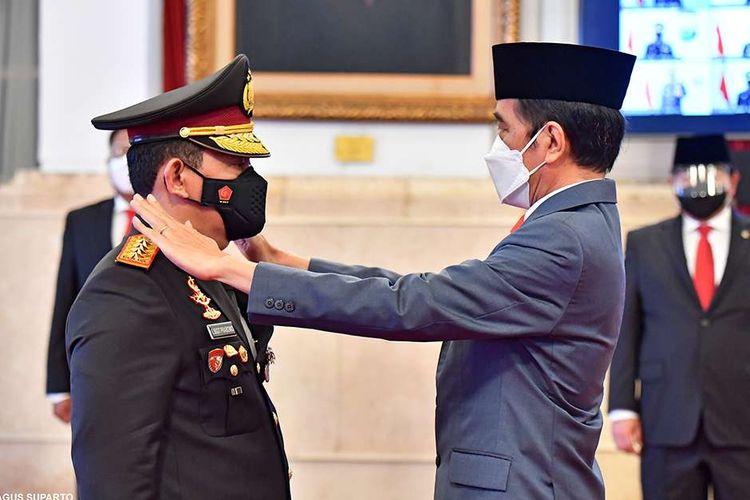 Presiden Joko Widodo (kanan) melantik Listyo Sigit Prabowo sebagai Kepala Kepolisian Republik Indonesia (Kapolri) di Istana Kepresidenan, Jakarta, Rabu (27/1/2021). Listyo Sigit Prabowo resmi dilantik menjadi Kapolri menggantikan Idham Azis yang memasuki masa pensiun.
