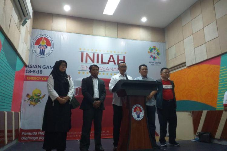Menteri Pemuda dan Olahraga Imam Nahrawi (tengah) bersama Ketua KPAI Dr Susanto (memakai jas), Sekjen PBSI Achmad Budiharto, dan Pengurus PB Djarum Lius Pongoh (kanan) saat sesi konferensi pers soal hasil kesepakatan antara pihak terakit polemik masalah Audisi Djarum di Media Center Kemenpora, Jakarta, Kamis (12/9/2019).