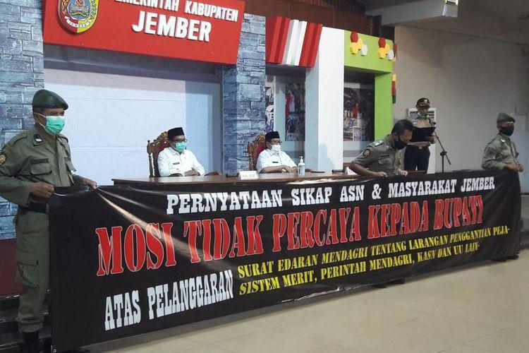 Para ASN di lingkungan Pemkab Jember menyatakan mosi tidak percaya pada Bupati Faida, Rabu (30/12/2020)