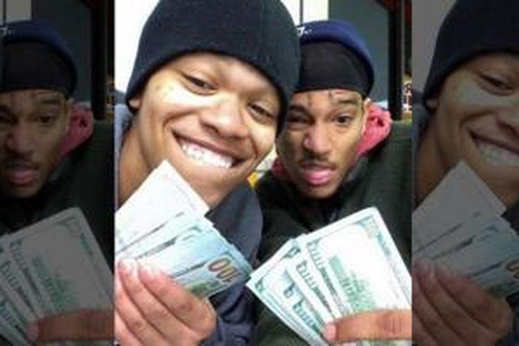 Foto selfie pencuri iPad Dorian Walker-Gaines dan Dillian Thompson